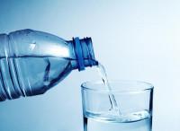 Polémique sur les particules de plastique dans les eaux en bouteilles